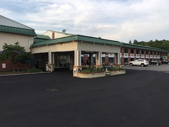 Super 6 Inn And Suites Williamstown